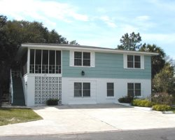 #17 13th Street - Upstairs - Less than a Block from the Beach - FREE Wi-Fi