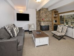 This 2 bedroom vacation condo in Lionshead Village is a short 150 yard walk to the Gondola.