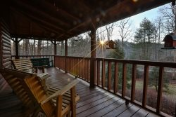 Bearfoot Bungalow -Private, Spacious - Less than 5 miles from Downtown Ellijay!