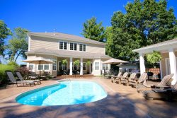 Hot Tub, Swimming Pool, Fire Pit, 6+ Bedrooms, Close to Beach & Downtown South Haven