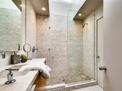 Guest Bath Ensuite to Guest 2 or general use of foyer
