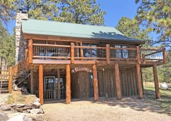 Classic Log Home Close to Attractions and in the Forest