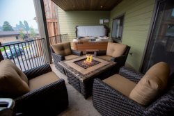 Stunning Condo in the heart of Downtown Whitefish! 2bd 2ba sleeps 6 with Private Hot tub & covered balcony!