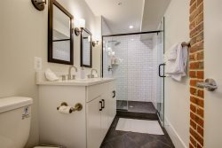 Airy Loft in Petworth - WALK to metro - Sleeps 5/6!