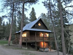 Serenity Lodge-cozy cabin near ATV trails and Deadwood