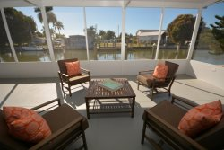 Cozy 2 Bedroom Waterfront with Incredible Screened Lania