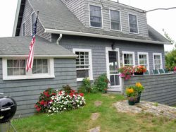 Charming 4 bedroom Maine Cottage located near the giant stairs.