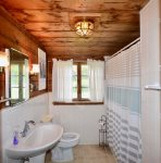 Main level full bathroom with shower/tub combo