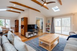 Blue Jay House - Newly Remodeled w/ Central AC, Gorgeous Kitchen, Bocce Court