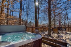 Creekside Cabin-5 Minutes to TIEC-Oasis with Hottub