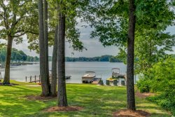 Port Boyle-Pristine Home on Lake Bowen