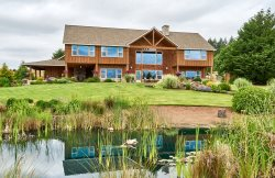 Roosters Coop Lodge-Style Retreat