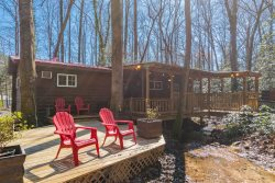 Black Bear Creek | Private Cozy 2BR 1BA | Creek Front | 1800 ft from Downtown Helen | Relax by Creek | Smart TV
