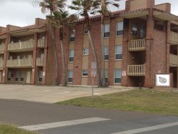 Close to beach. Sleeps 6, 2 bedrooms, ( 1 king, 2 sets of twin bunk beds ) 2 bathrooms. No pets allowed. Shared Pool  CITY PERMIT # 2015-508491