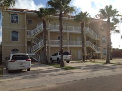 Ground floor condo. Sleeps 6, 2 bedrooms, ( queen, full, twin bunks ), 2 bathrooms. Pets allowed. Shared Pool,  CITY PERMIT # 2015-205215