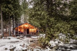 Romantic Rustic River Retreat...A Romantic Cabin On The Icicle River, Minutes From Downtown Leavenworth!