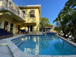 Sweet Retreat 4 bedroom 2.5 Bathroom near Sombrero Bch w Pool, Dock & Jacuzzi