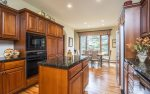 Fully equipped kitchen with additional breakfast table