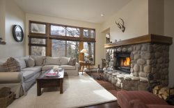 19 Slopeside, SKI IN/SKI OUT, Highlands Pool & Hot Tub!