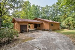9 Valls Circle - WIFI, HDTV.  A 2 bedroom, 2 bath, 1 level nightly vacation rental home in quiet wooded setting near West Gate in Hot Springs Village Resort