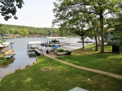 Peaceful Waters / Quaint Lakefront House with Lakefront Martini Patio
