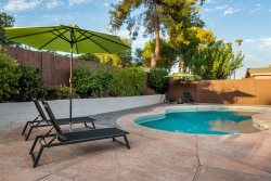 Minutes to Kierland w/Heated pool, pool table, & Sophisticated Decor!