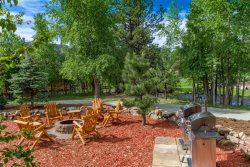 Condo adjacent to Estes Park's riverwalk. 5-minute walk to downtown. Steps from pool & hot tub.