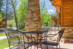 Riverside condo, fish from your patio! Onsite pool & hot tub just steps away.