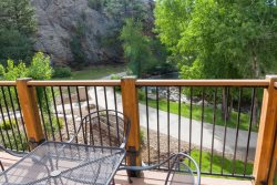 Riverside condo adjacent to Estes Park's riverwalk. 3-minute walk to downtown!