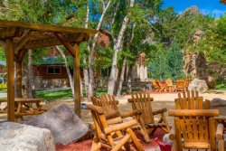 Cliffside condo w/ deck. 5-minute stroll to downtown Estes Park!
