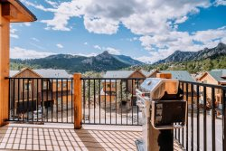 Modern Estes Park townhome. Rocky Mountain views.