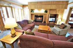 LOCATION! Ski-In/Ski-Out, Private Hot Tub, Wood burning fireplace