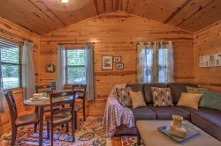 JAKE'S PLACE-1 night stays! Cozy Renovated 1 Bdr Cabin, Jacuzzi Tub, walk to dining!