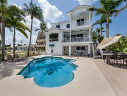 Dock Holiday Bayfront getaway amazing views, pool and Pier Area location